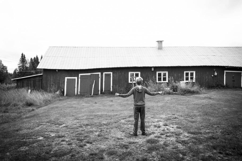 Jesper vid den gård där hans morfars morfar och mormor bodde en gång.